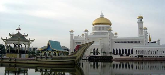 La barca reale davanti alla moschea di Omar Ali