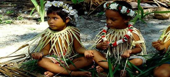 Due giovani danzatori Micronesiani