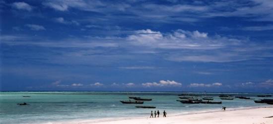 I pescatori a piedi sulla spiaggia
