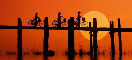 Bikers sul ponte di U Bein, Myanmar