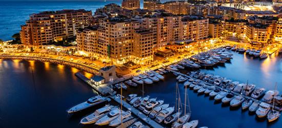 Veduta aerea del porto di Fountvielle e Monaco a Twilight