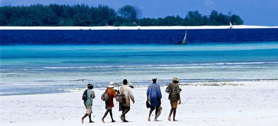 Pescatori che camminano sulla spiaggia