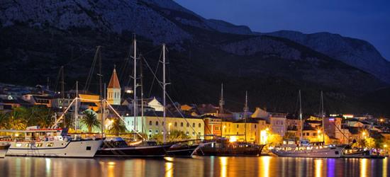 Ore attraccate alla notte di Makarska