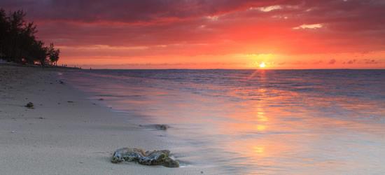 Bel tramonto su una spiaggia di sabbia, Mozambico