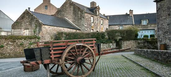 Un carrello di legno nel villaggio di Locron