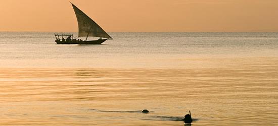 Una barca a vela e 2 subacquei